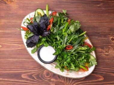 Овощная тарелка с зеленью
