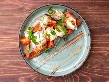 Салат из розовых томатов с сулугуни и яйцом пашот